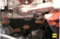 6. Выверните два болта крепления крышки