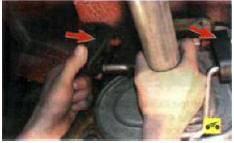 4. Поддерживая глушитель, снимите с его