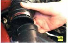 2. …и отсоедините рукав от патрубка