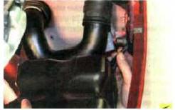 4. Извлеките держатель глушителя из от-
