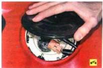 5. …и снимите пластмассовую крышку люка