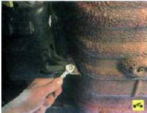 4. Выверните болт крепления кожуха