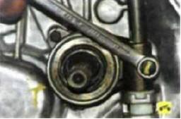 2. Выверните болт крепления вилки к валу