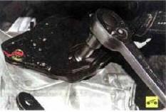 12. Установите опору под коробку передач