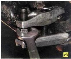 5. Снимите пружинный фиксатор гайки