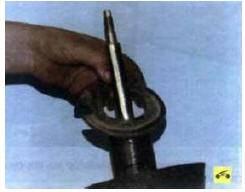 9. Снимите нижнюю прокладку пружи-