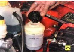 1. Снимите пробку бачка гидроусилителя