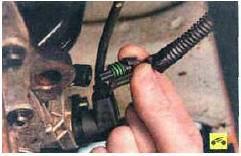 49. Отсоедините колодку жгута проводов