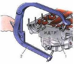 Рис. 5.7. Установка приспособления для сжатия пружин клапанов: