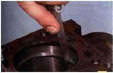 11. Проверьте плоским щупом зазор в зам-
