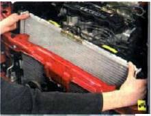 12. Извлеките радиатор в сборе с элек-