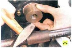 8. Установите сальник рабочей кромкой